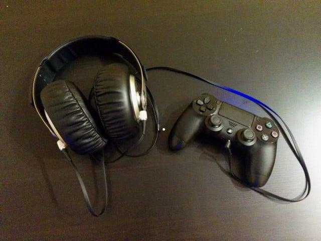 Direkt am Controller angeschlossen könnt Ihr einen Kopfhörer faktisch kabellos mit der PS4 verbinden