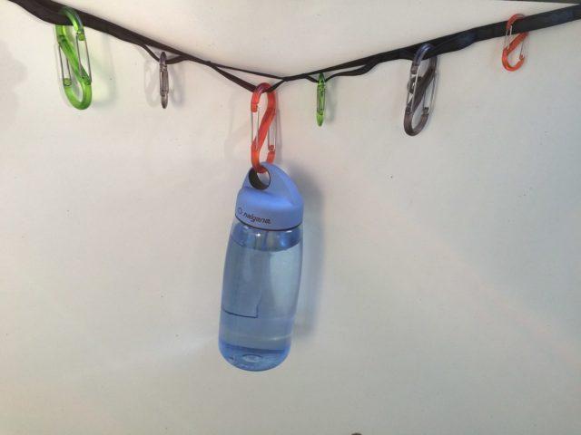 Die Nite Ize Gear Line hält bei Bedarf auch schwerere Gegenstände, etwa eine volle Trinkflasche