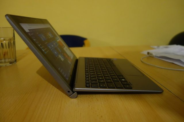 Im Laptop-Modus lässt es sich ordentlich arbeiten, wenn auch der Winkel etwas größer sein dürfte