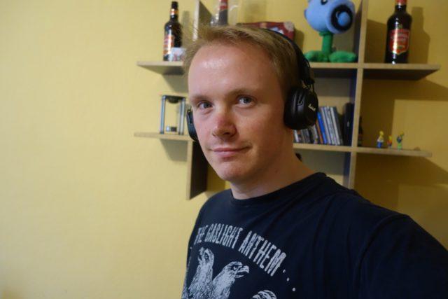 Tutp-Hipster: Marshall II-Kopfhörer + Shirt einer aufgelösten Band. Leider drückt der Kopfhörer im Gegensatz zum Shirt...