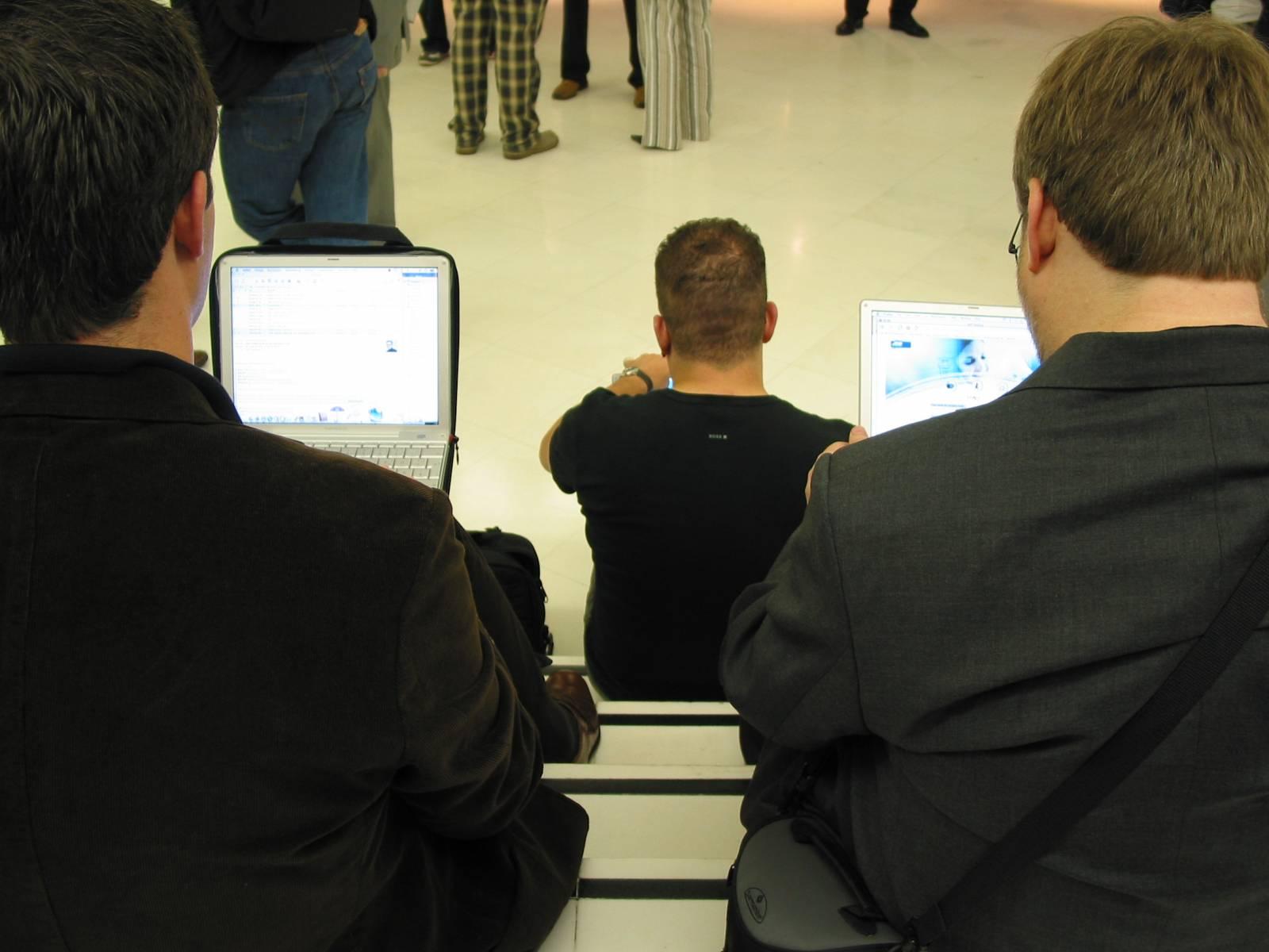 Ein iBook Clamshell in freier Wildbahn (links). Sieht man selbst in Hipstercafés nur noch selten.