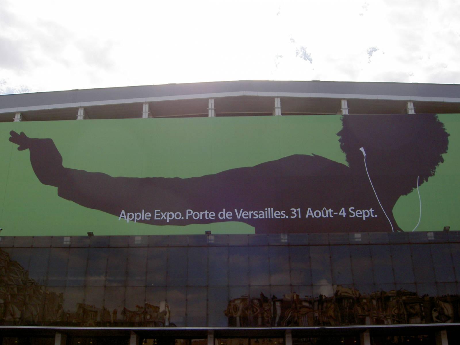 Draußen warb ein großes Banner für die Veranstaltung. Mit dem iPod.