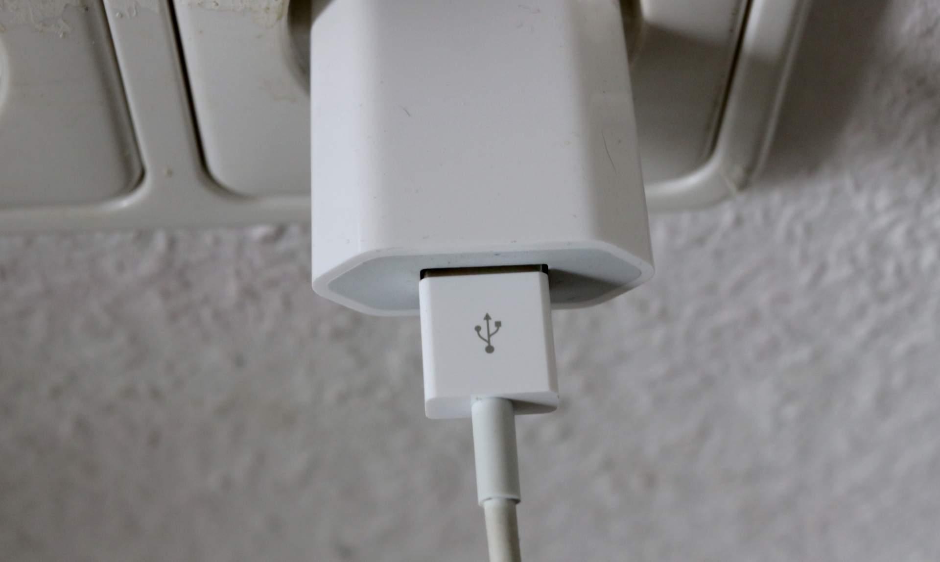 Am besten ladet Ihr das iPhone immer mit dem Original-Netzteil.