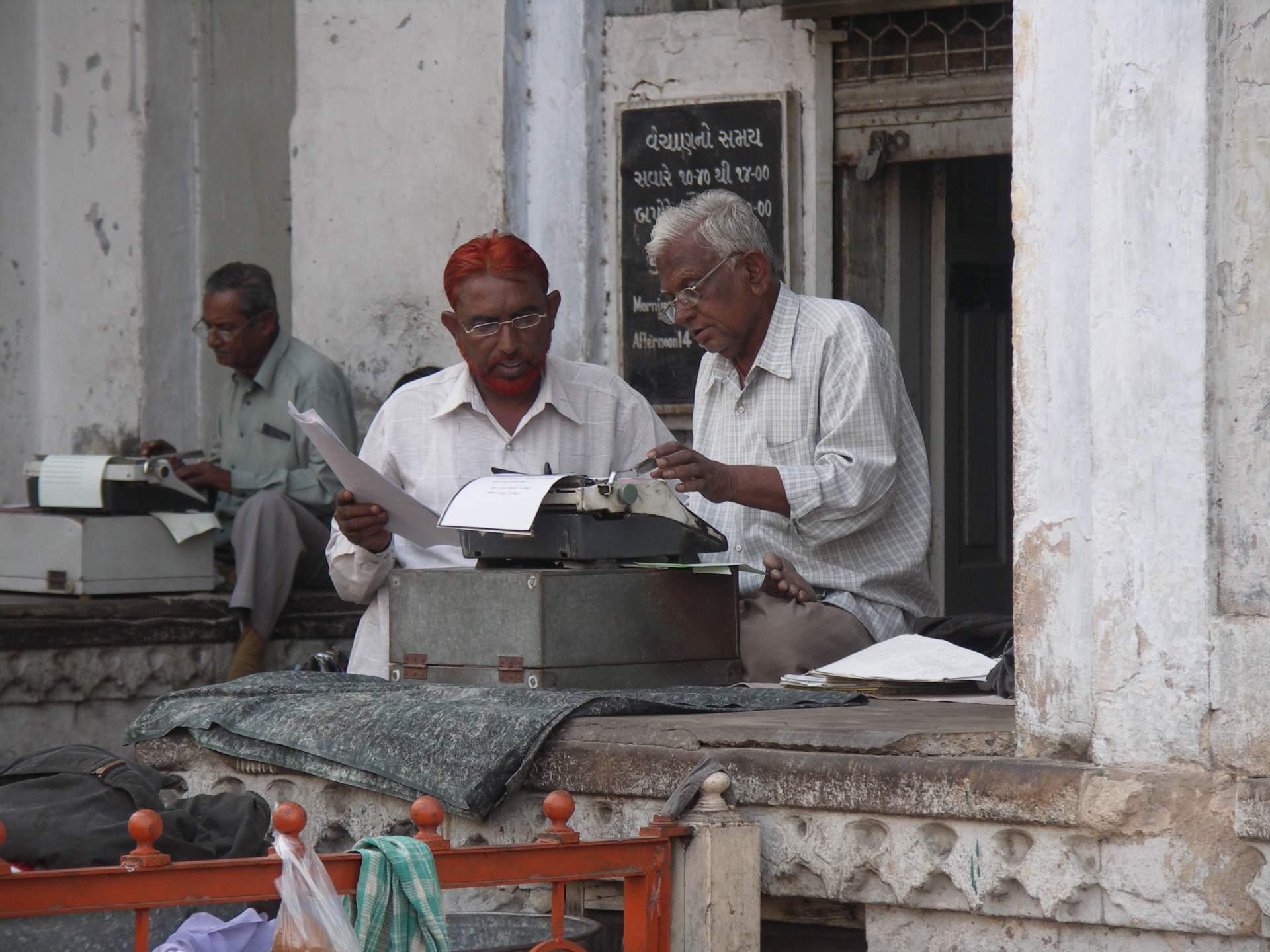 Indisches Internetcafé 2006. Nein, natürlich nicht. Hier handelt es sich um Dienstleister vor einer Behörde, die anderen Leuten für kleines Geld Formulare ausfüllen. Aber das Internet war ähnlich schnell.