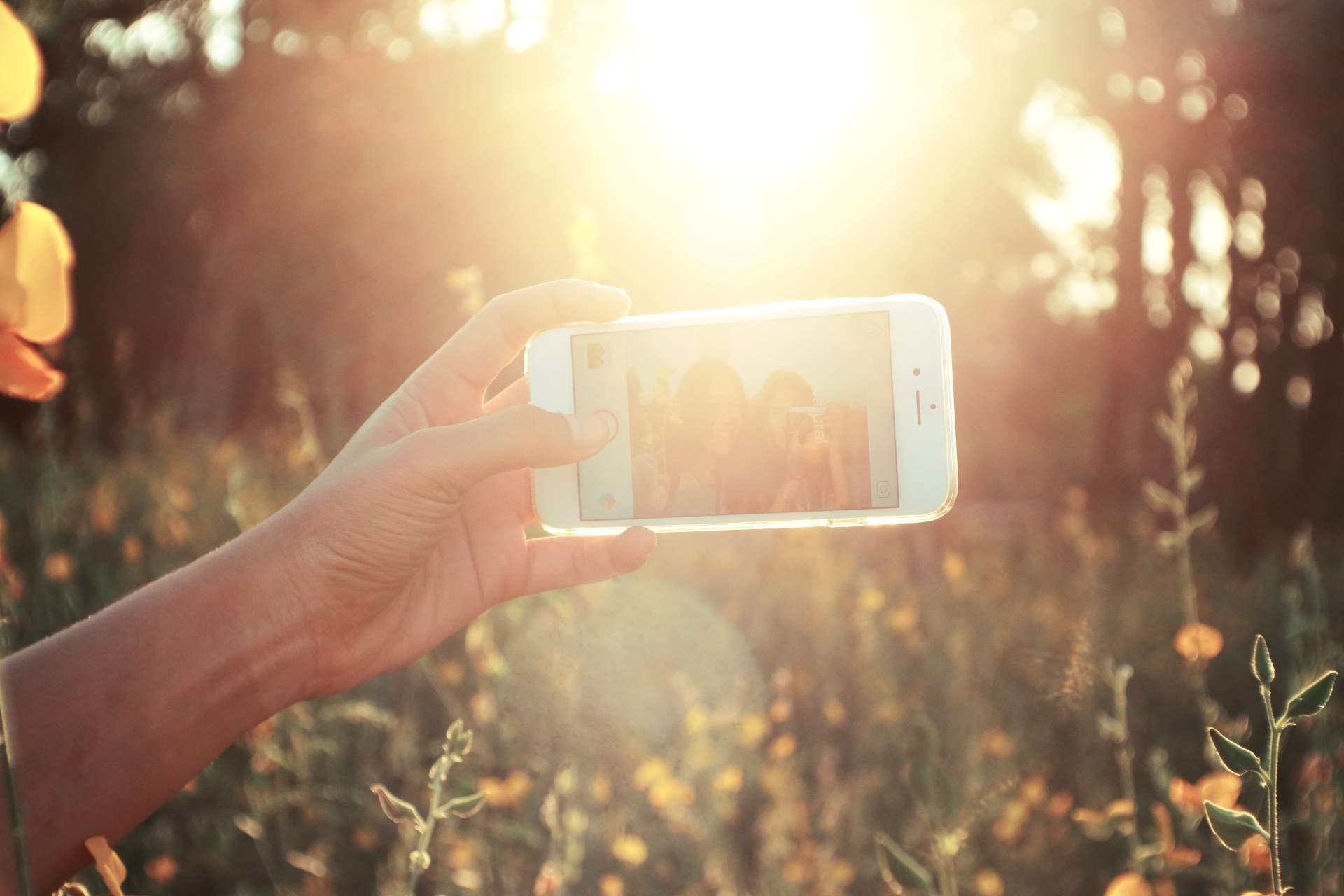 Eigentlich reicht das Smartphone im Urlaub. (Bild: Pexels.com)