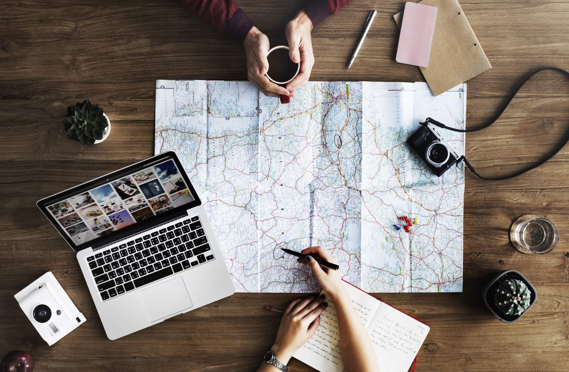 Bei der Reiseplanung sind iPad und Notebook ähnlich praktisch.