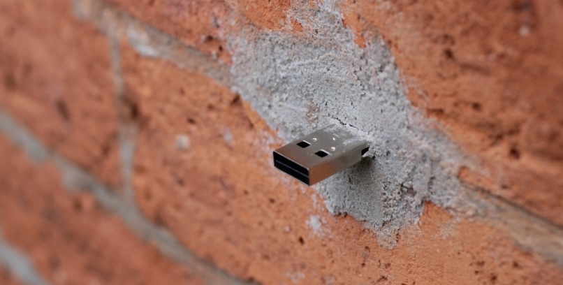 """Ein """"Deaddrop"""" in einer Wand (Bild: Deaddrop.com)"""