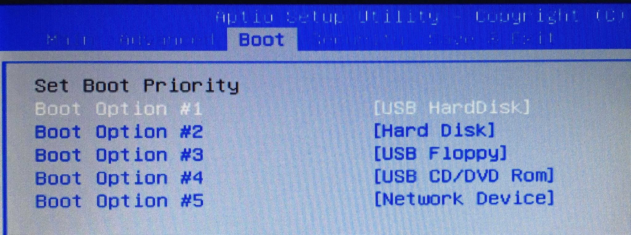Bevor Ihr loslegt, müsst Ihr im BIOS die Boot-Sequenz einstellen.