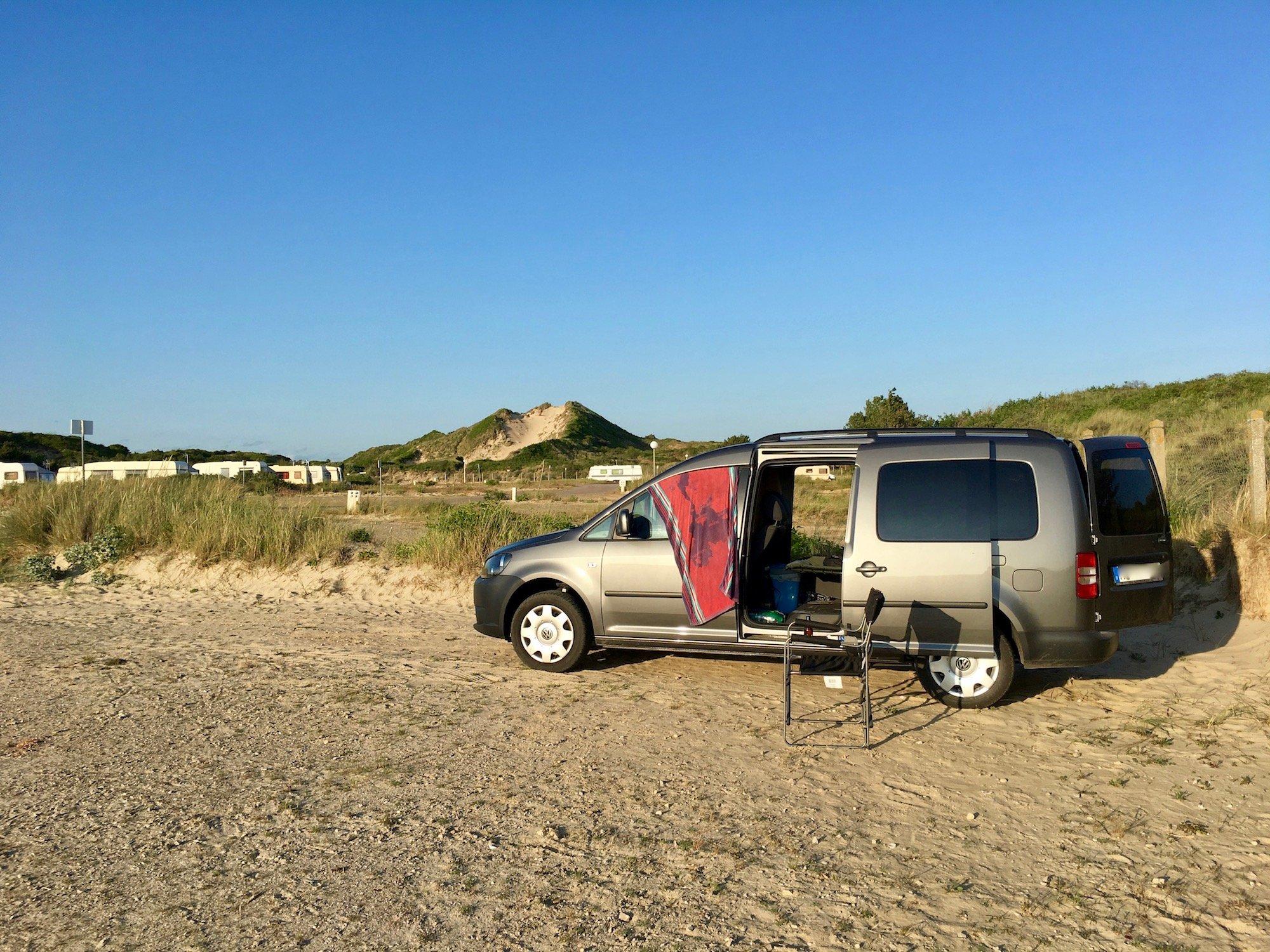 Spartanisch, aber gemütlich: Der Camping-Caddy im Einsatz.