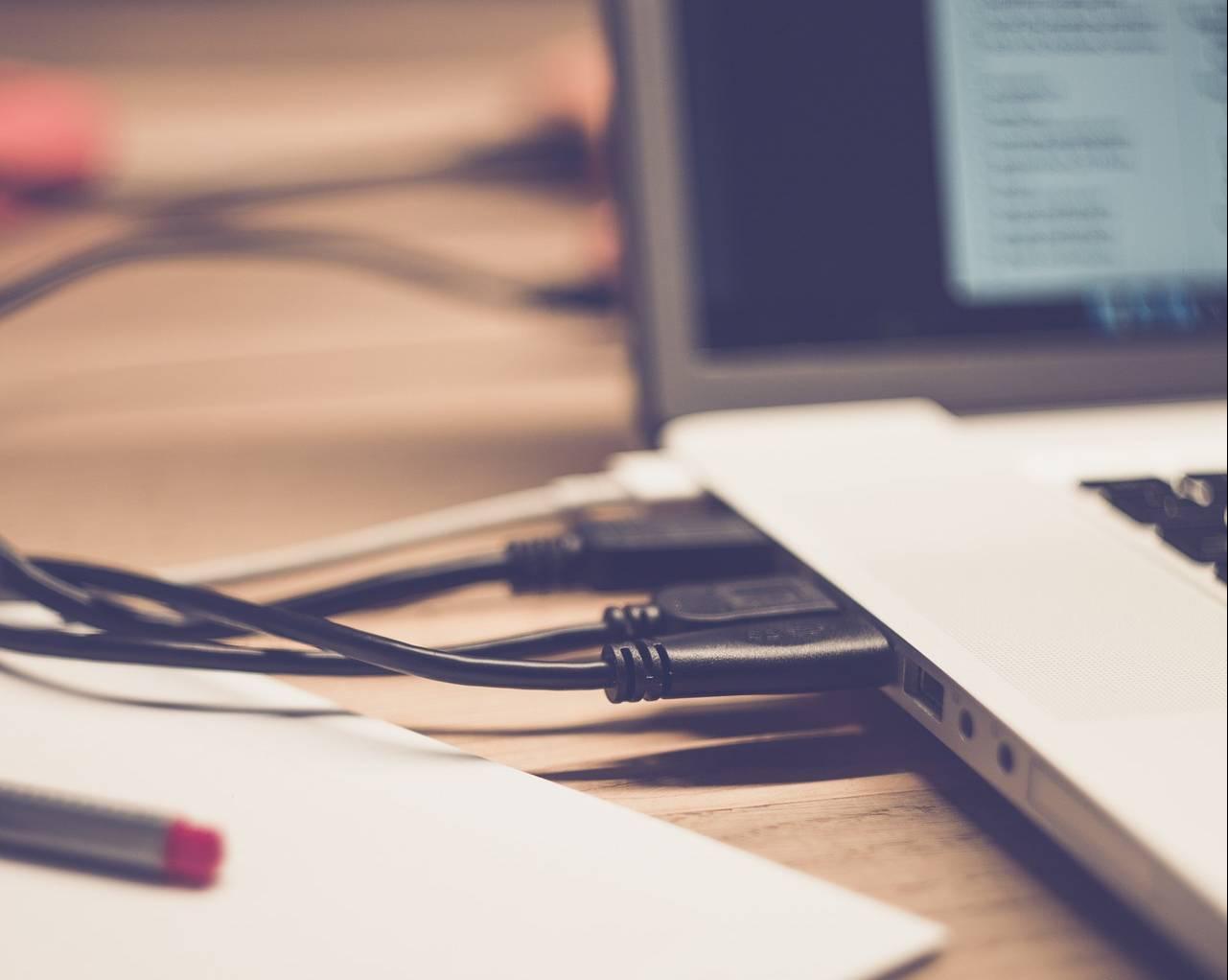 Geräte am USB-Anschluss sind häufig schuld, wenn der Mac ständig aufwacht (Bild: markusspiske/Pixabay)