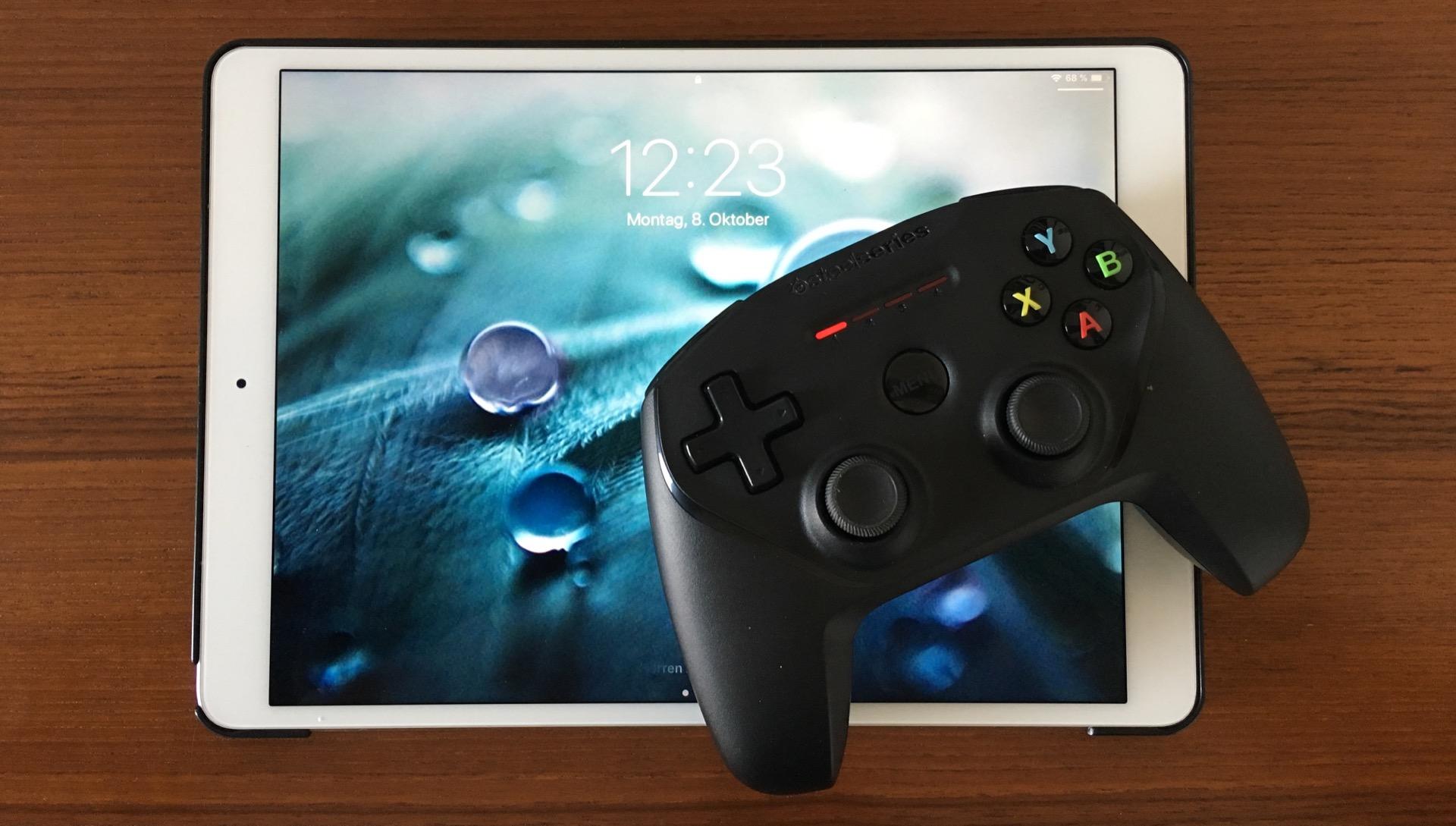 """Das SteelSeries Nimbus ist ein ziemlicher Öschi – hier mit dem iPad Pro 10,5""""."""