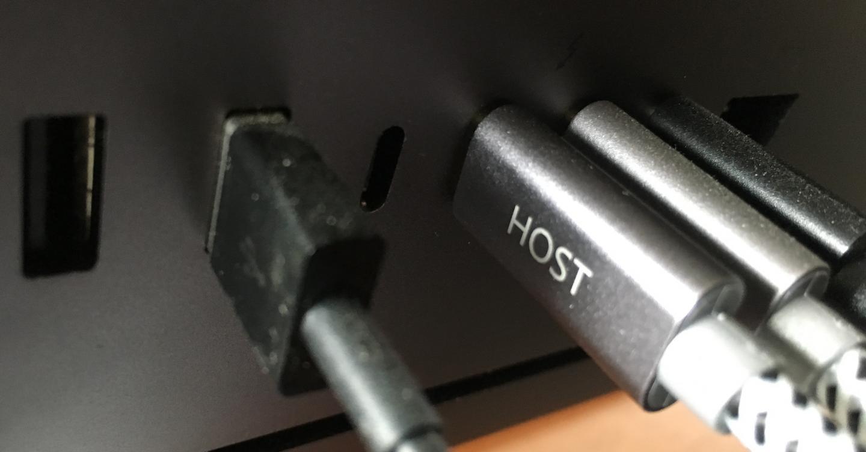 Steckt die Festplatte oder den Stick an den USB-Port oder die SD-Karte in den Kartenleser.