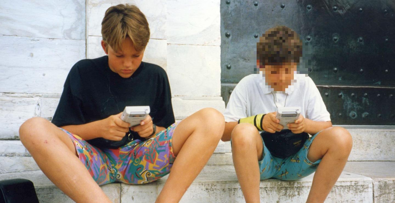 Typisches Urlaubsbild der frühen 90er: Mein Bruder (r.) und ich mit Gameboy beim Kultur-Sightseeing.