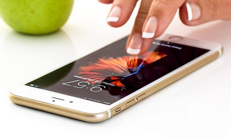 Erst mit dem richtigen Zubehör wird das iPhone so richtig praktisch. (Bild: Steve Buissinne/Pixabay)
