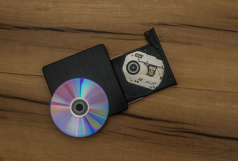 In der Rückschau war das Brennen von CDs und DVDs nicht so optimal (Bild: Mahesh Patel/Pixabay)