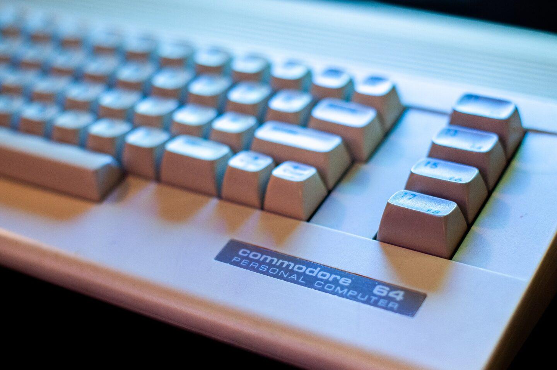 Wer den C64 nutzte, kennt vermutlich noch das Speichern auf Datasette (Bild:  Andrzej Rembowski/Pixabay)