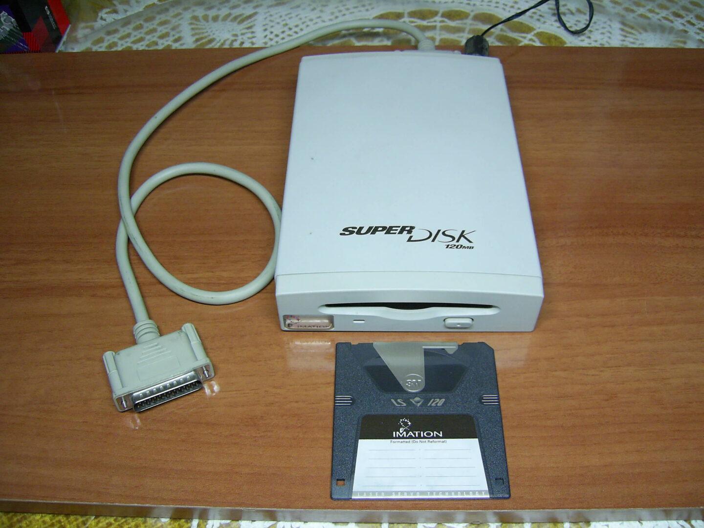 Die Superdisk war zur Floppy abwärtskompatibel. Geholfen hat's nicht (Bild: Miguel Durán/Wikimedia)