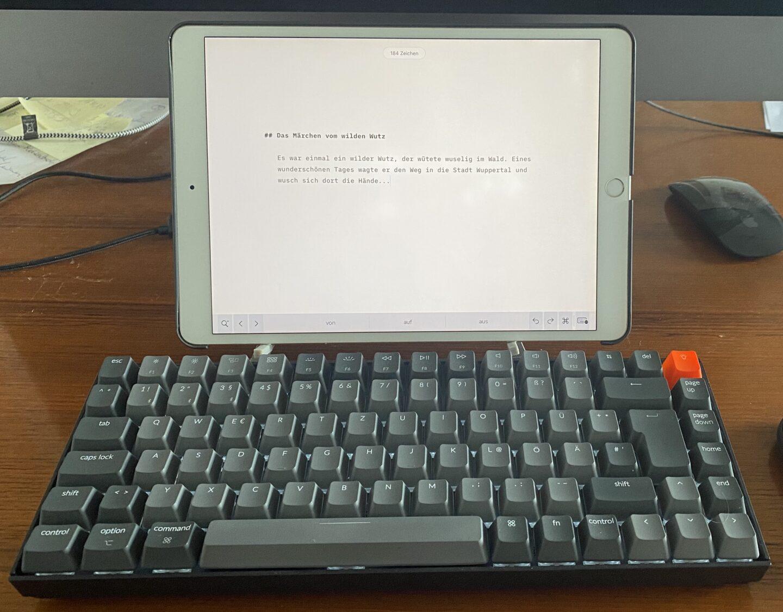 Mit einem iPad kommt bei der Keychron K2 echtes Schreibmaschinen-Feeling auf. (Foto: Tutonaut)
