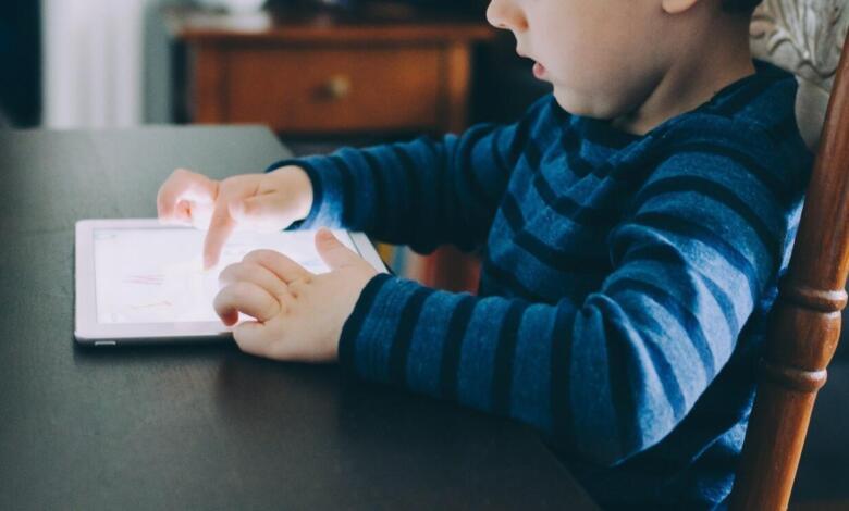 Ihr könnt alle Computer im Heimnetz bequem mit einer Kindersicherung ausstatten. (Bild von StockSnap auf Pixabay)