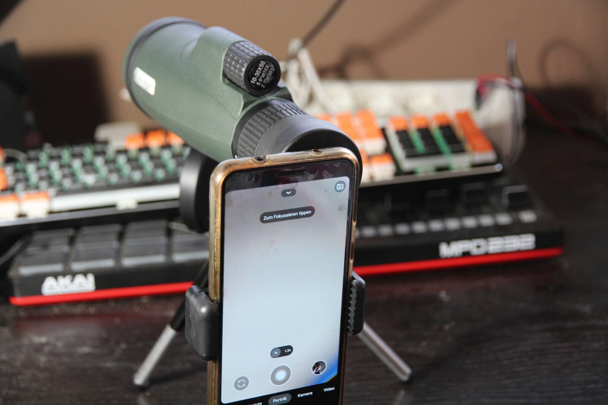 detail-aufnahme des monokulars mit smartphone.